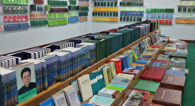5015250703_365cf870f6_b_north-korea-books-675x368