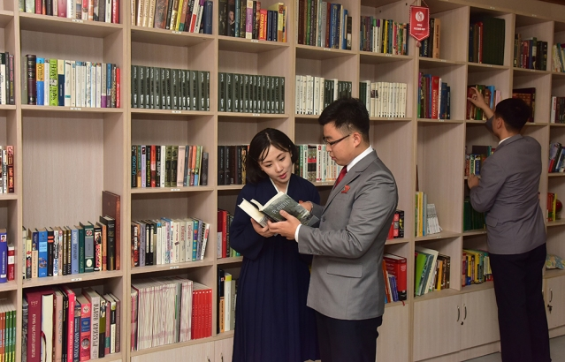DPRKoreans reading books